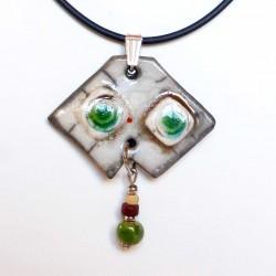 Collier blanc fantaisie aux yeux verts