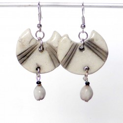 Boucles d'oreilles originales blancheur nature