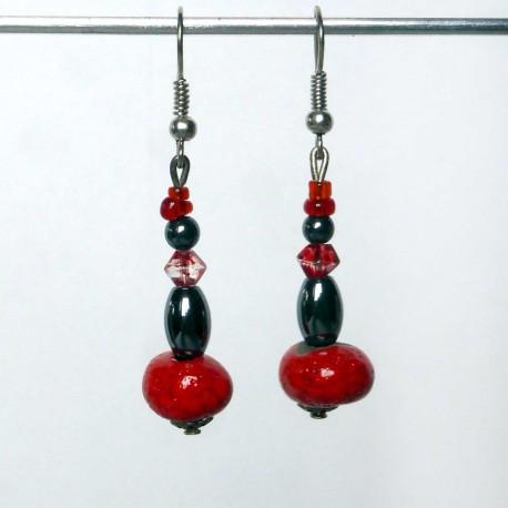 Boucles d'oreilles pendantes en rouge et noir