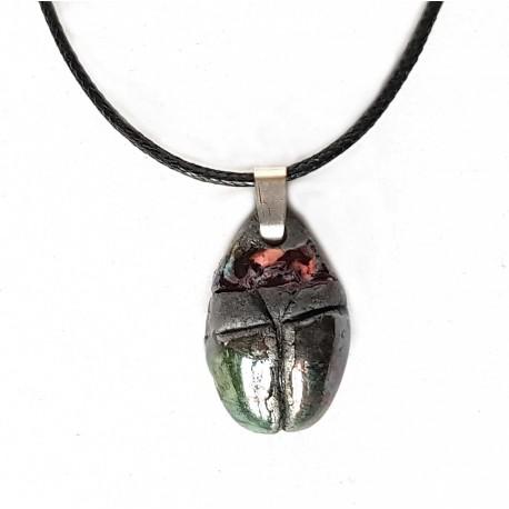 Collier artisanal scarabée brillant en raku