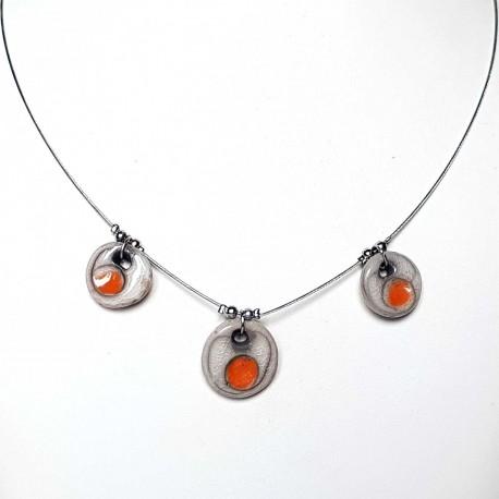 Collier artisanal chic fin et léger blanc et orange