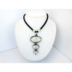 Collier raffiné en blanc et noir au trois perles