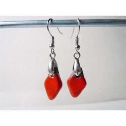 Petites boucles d'oreilles triangle rouge