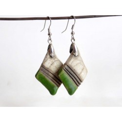 Boucles d'oreilles  losanges fines  légères vertes et blanches